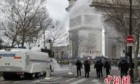 巴黎大规模?#23601;?#37325;演暴力冲突