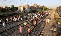印度火车撞进人群 事故已致逾60人死亡
