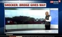 惊心!印度洪灾村民奔逃 桥面断裂瞬间落水