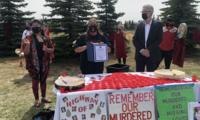 """加拿大原住民举行""""红裙日""""游行 缅怀遇害的原住民女性"""