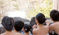 在日本,女儿出嫁前要帮父亲洗一次澡,作为丈夫只能在旁边看