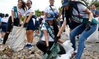 地球小姐参赛者在菲律宾小岛清理海岸