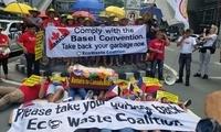今天,加拿大驻菲律宾大使馆被这群人堵门抗议了