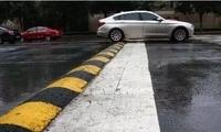 这些过减速带的方式都是错误的,90%的老司机都不知道如何正确通过