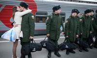 俄罗斯义务兵征召入伍 新兵与女友吻别依依不舍