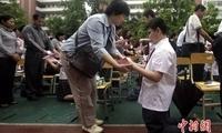 媒体:洗脚、下跪、磕头 感恩教育还是道德表演?