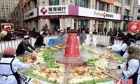 青海民和举办千人火锅宴 直径4米火锅四荤六素