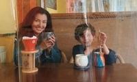 美国一家咖啡馆为使用餐者保持距离 在桌子间挂浴帘