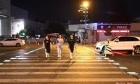 杭州街头斑马线为行人亮灯