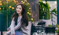 娄艺潇秋日写真温暖来袭 笑容甜美红唇可人