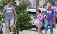 迪恩·麦克德蒙特和妻子穿情侣装 女儿穿着粉嫩似小公主