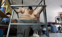 成功减重250公斤 世界上最重的人站起来了