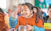 广西柳州:村里娃吃上免费午餐