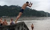 """危险!游泳队洪峰中跳水""""我们是老把式"""""""