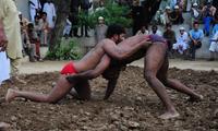 巴基斯坦传统泥地摔跤赛 男子赤身肉搏画面太美不敢看